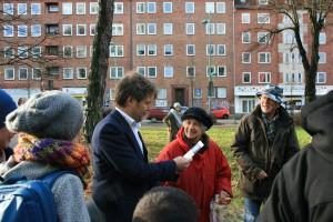 Christa Fischer von der Wildblumeninitiative überreicht Minister Habeck Samen und Wegwarten zum Bepflanzen der Baumscheibe (Quelle: Hay, HOe.V.)