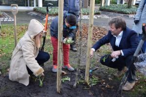 Minister Habeck pflanzt Wegwarten mit Vanessa Neke und Rezan Ürek (Quelle: Gosch,  Umweltministerium)