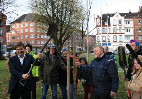 Apfelbaum-Pflanzung mit Minister Robert Habeck in Kiel vor dem Ministerium für Energiewende, Landwirtschaft, Umwelt, Natur und Digitalisierung des Landes Schleswig-Holstein